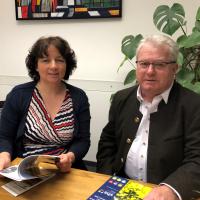 Zweiter Bürgermeister Hans Sarcher im Gespräch mit der Landtagsabgeordneten Ruth Müller