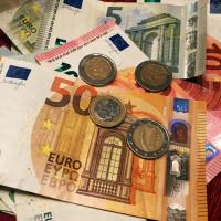Ein Foto mit Münzen und Geldscheinen