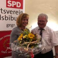2. Bürgermeister Johanna Sarcher gratuliert der Wiedergwählten Vorsitzenden Theresa